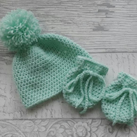 Mint green newborn baby hat and mittens. Baby wear.