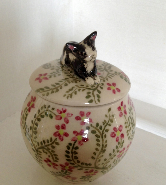 Storage pot or jar with with floral design and kitten lid