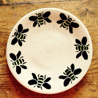 Plate in cream stoneware with bee decoration