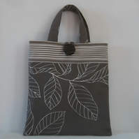 Tote bag in strong fabric with button fastening