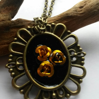Necklace gold posy