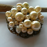 Brooch faux pearl circle