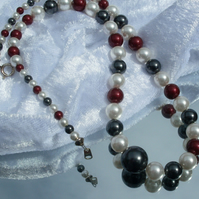 Beaded necklace in cream, grey and burgundy