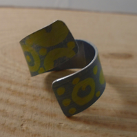 Anodised Aluminium Yellow and Black Dot Cross Over Adjustable Ring AAR111804
