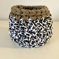 Small crochet basket - khaki