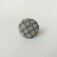 Lapel pin Blackwork pattern : Blue, Gold, Square