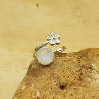 Rainbow moonstone flower ring. 925 sterling silver. June birthstone