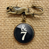 &7 Typewriter Key Hare Pin Brooch (DJ01)