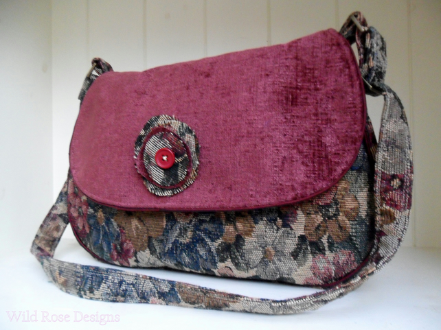 Maroon shoulder bag. Handbag.