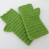 Crochet Fingerless Mitts with Wavy Edge Top Green