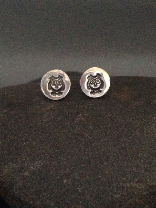 Fine silver small round earrings with owl impression