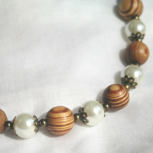 Necklace in wood and glass pearl