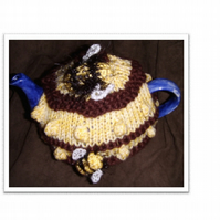 Bumble Bee Tea Cosy Knitting Pattern in 3 sizes using Double Knit Yarns