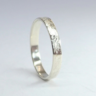 White gold 'raw silk' band ring. UK Size O - US size 7