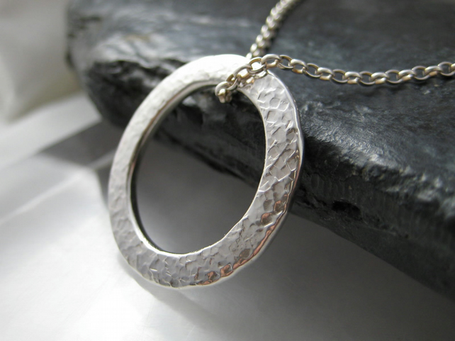 Sterling Silver Sparkly Hammered Open Circular Pendant Necklace 18""