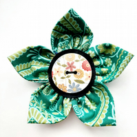 Flower brooch green (brown floral button)