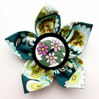Flower brooch green (3 pink flowers button)