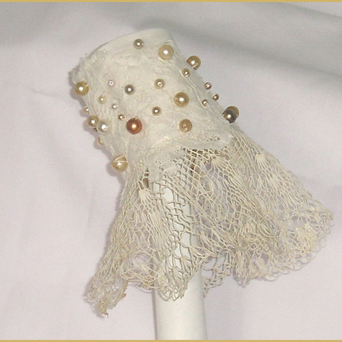 LACE AND PEARL WRIST CUFF