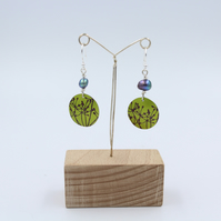 Lime green Anodised aluminium cow parsley circle earrings with pearl.