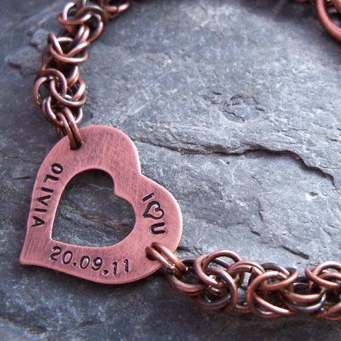 Chainmaille Copper bracelet with a heart. Ref. PT 2005-06. Solid copper jumprings bracelet with an oper heart personalised with your name / date. Great copper gift for 7th wedding anniversary.