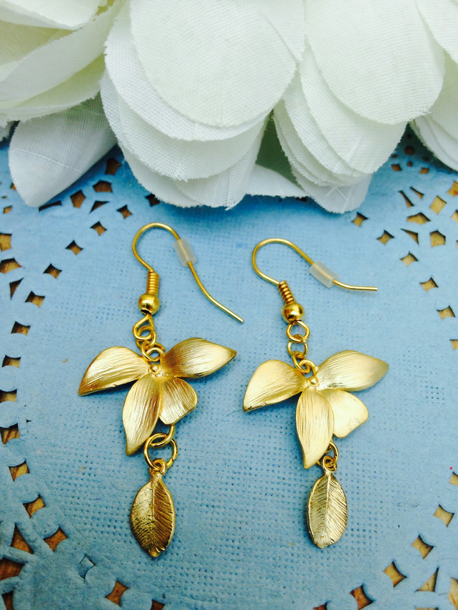 Pretty flower and leaf earrings