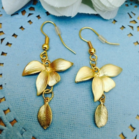 Pretty flower and leaf earrings. Bohemian vintage style