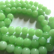 40 green glass beads 8mm