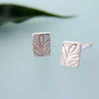 Petit leaf design stud earrings