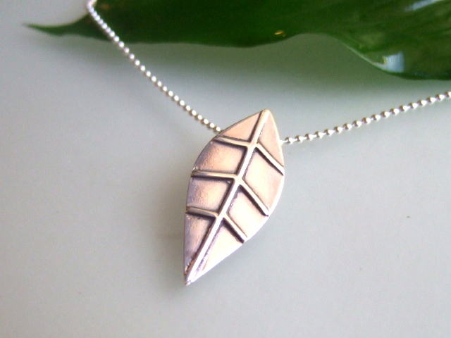 Stylised leaf design pendant
