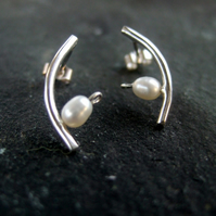 earrings segment of a curve with fresh water pearl