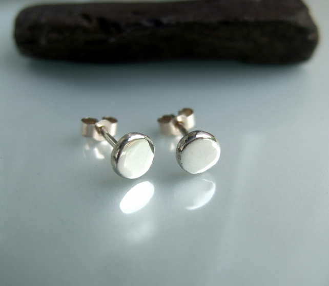 Little pebble stud earrings