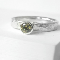 Textured band set with peridot
