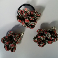 Red flower hair bobble and slide set.