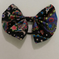 Navy patterned hair bow.