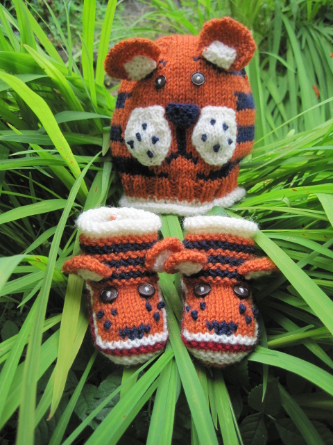 KNITTING PATTERN in pdf - Tiger Paws - Baby Hat and Booties