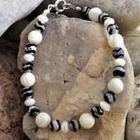 Bracelet in Mother Of Pearl and Zebra Agate Stones