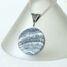 Blue and white antique agate round pendant necklace