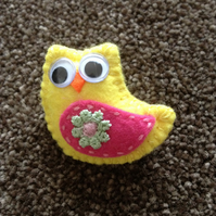 Handmade Yellow Felt Owl Brooch. (306)