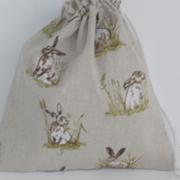 Mini drawstring bag with print of hares.