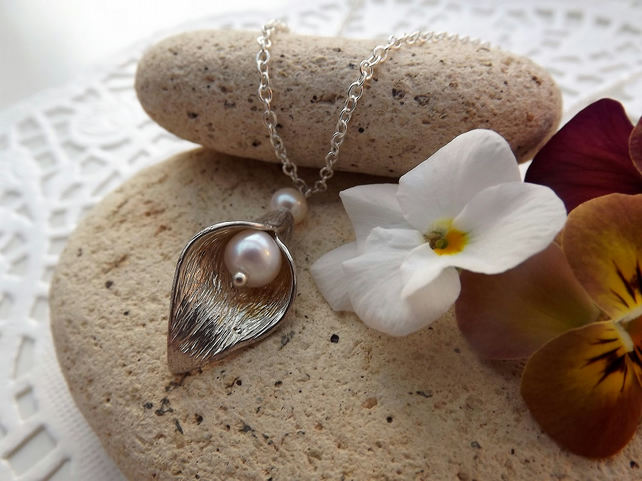Single Calla Lily and White Cultured Pearl Charm Necklace in Silver Plate (32)