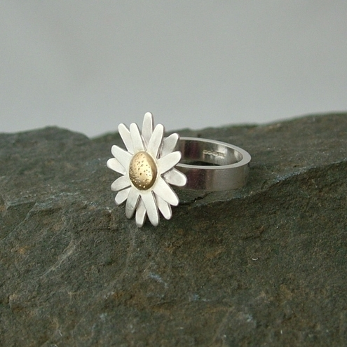 Sterling silver and 18ct gold daisy ring.