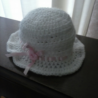 crochet baby hat 30's style white with pink ribbon detail