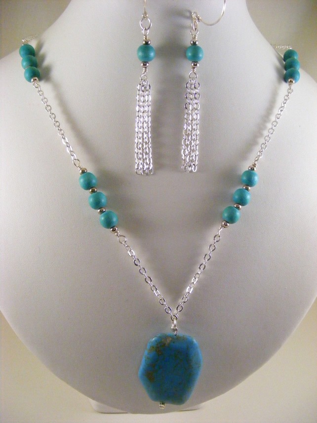 Turquoise Magnesite and Wood Jewellery Set.