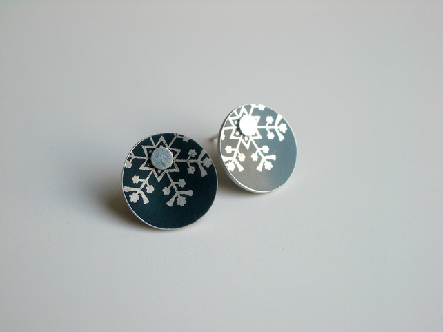 Snowflake winter stud earrings in black