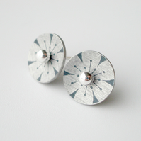 Flower circle studs earrings in black and silver