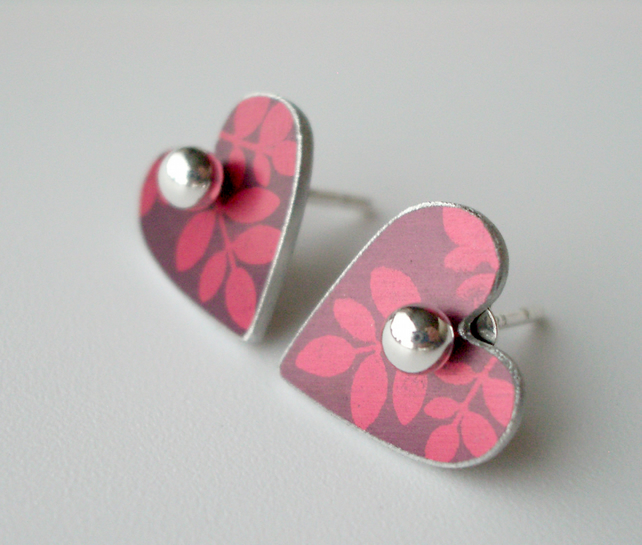 Heart studs earrings in plum with red leaves