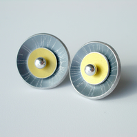 Circle earrings studs in grey and yellow