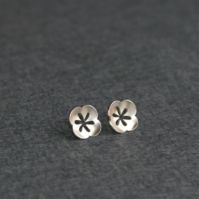 Retro pansy silver stud earrings