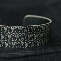 Geometric fox pattern cuff bracelet dark grey