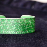 Geometric bird pattern cuff bracelet green